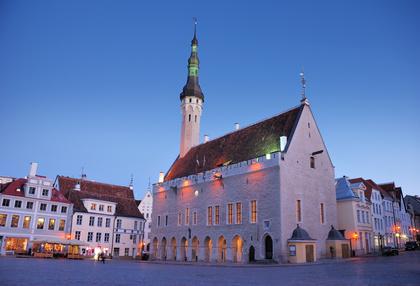Estland liegt im nordosten des baltikums und hat im osten russland und
