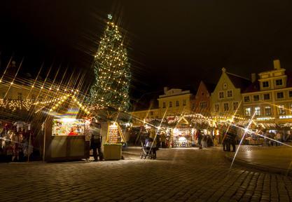 Weihnachtsmarkt in Tallinns Altstadt. Großer Weihnachtsbaum in Estland.